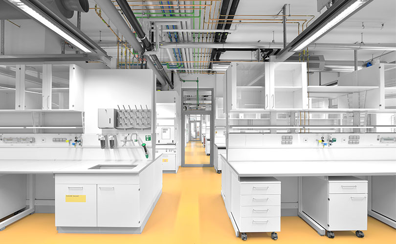 Ergonomic working practices with service modules in laboratories