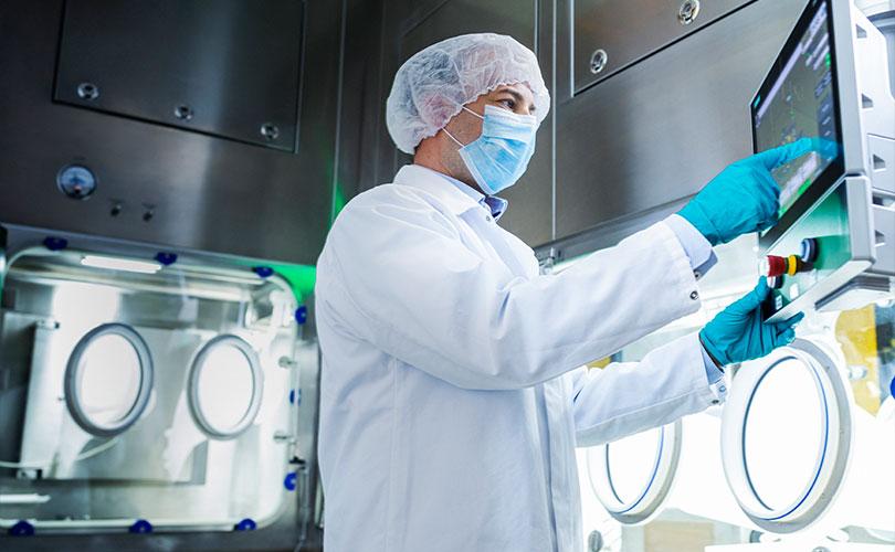 Mann arbeitet im Labor