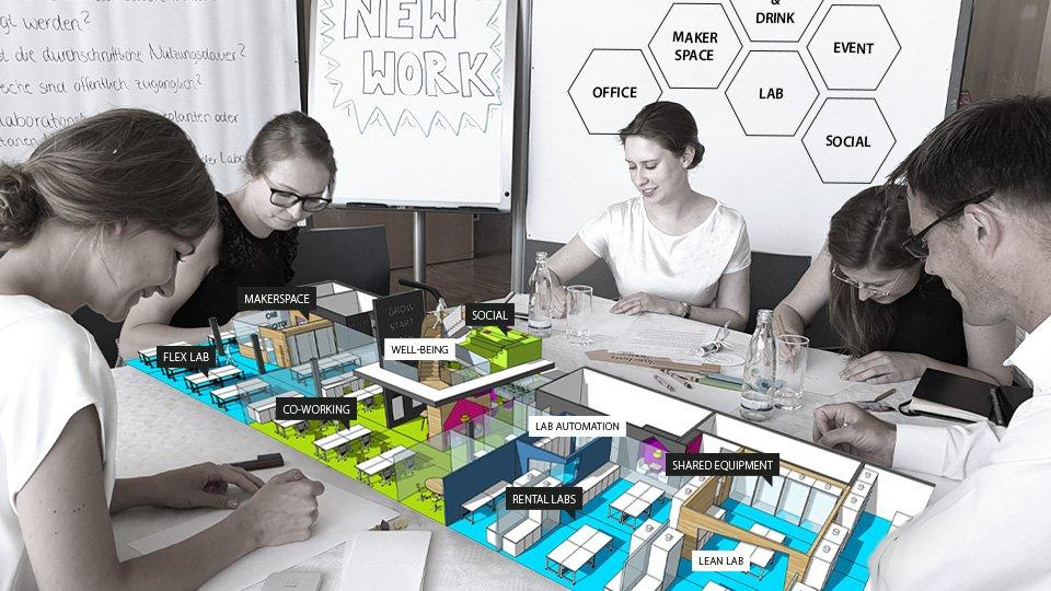 Workshopsituation an einem Tisch mit 3D Modell